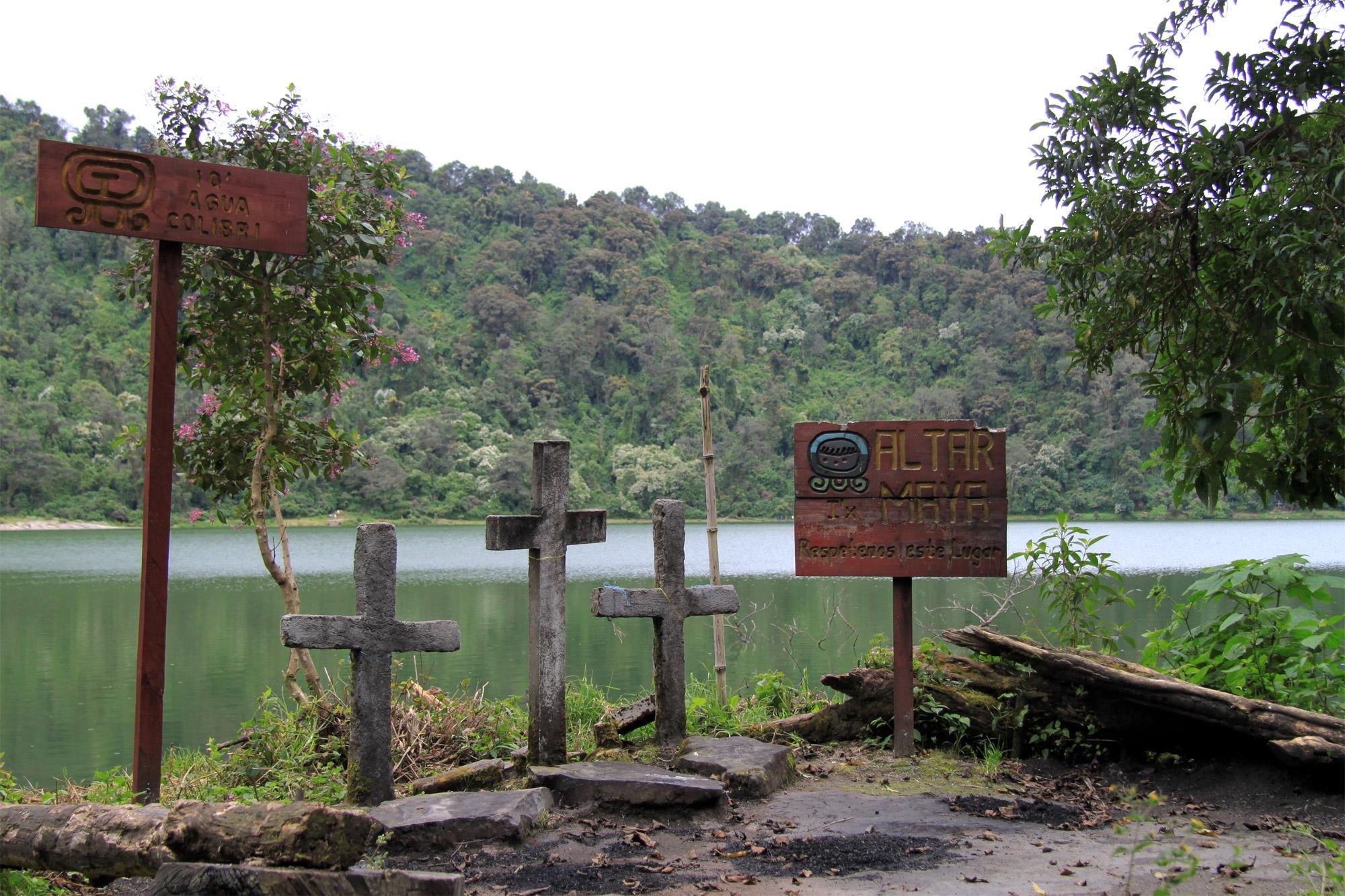 Guatemala 2015 - dag 12 - Kruizen en altaren rondom het kratermeer van Volcán Chicabal
