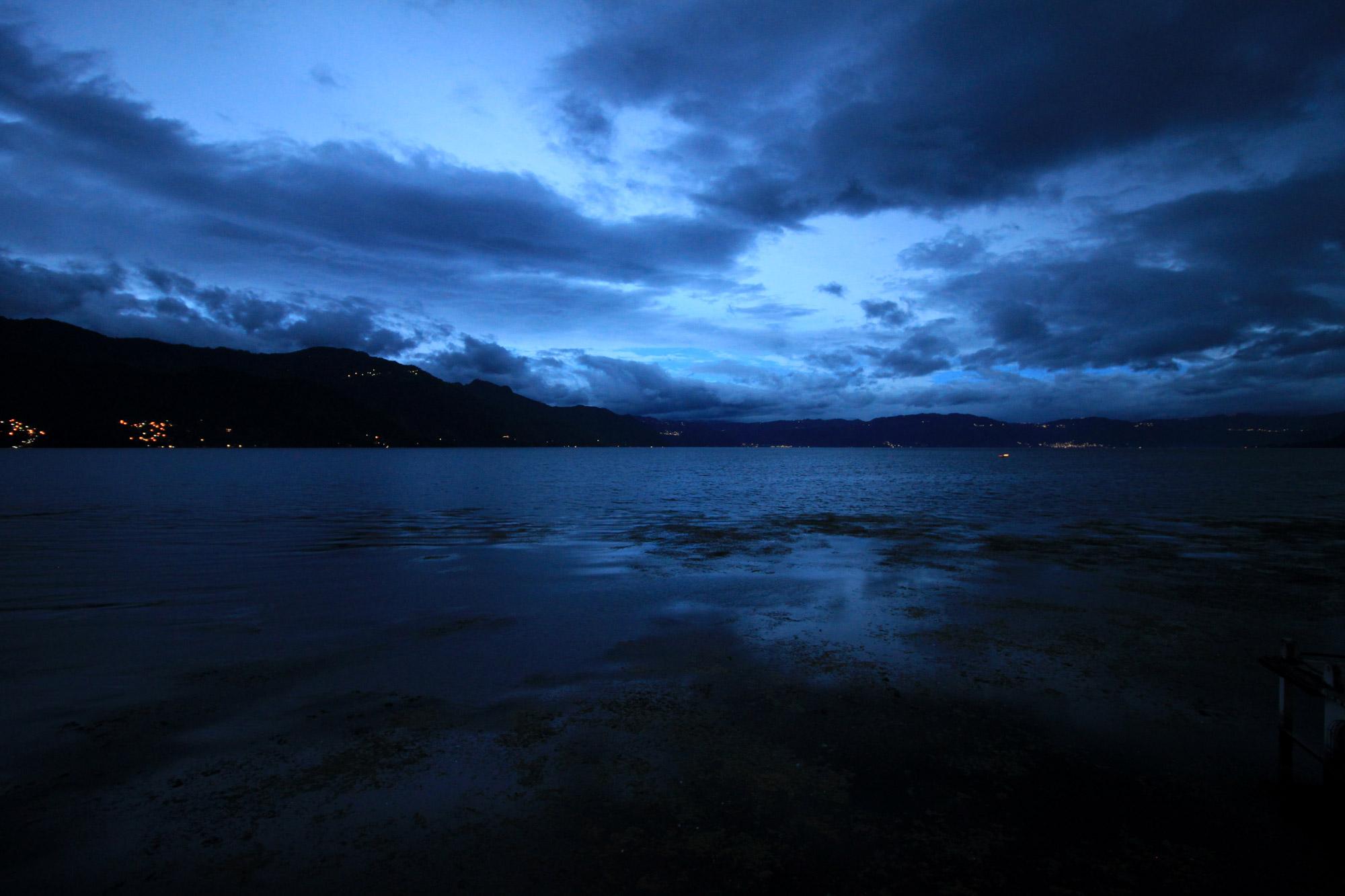 Guatemala 2015 - dag 17 - Het blauwe uurtje bij Lake Atitlan