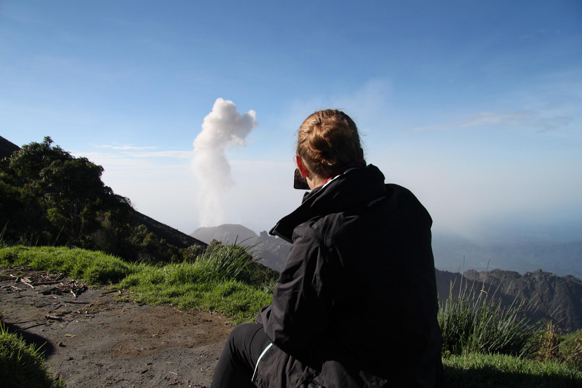 Top 5 vulkanen die je moet beklimmen in Guatemala - Volcán Santiaguito vanaf de Volcán Santa Maria