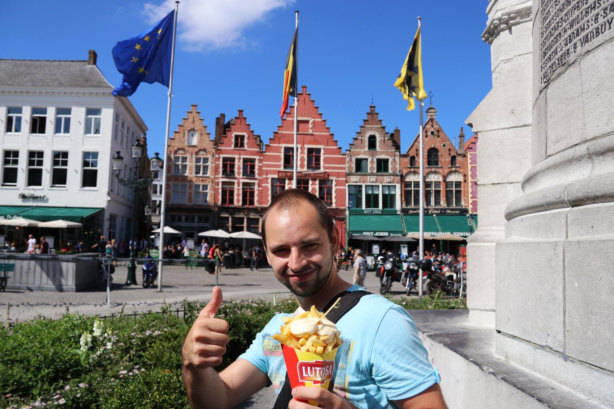 Weekendje Brugge in 10 beelden: Friet eten op de Grote Markt