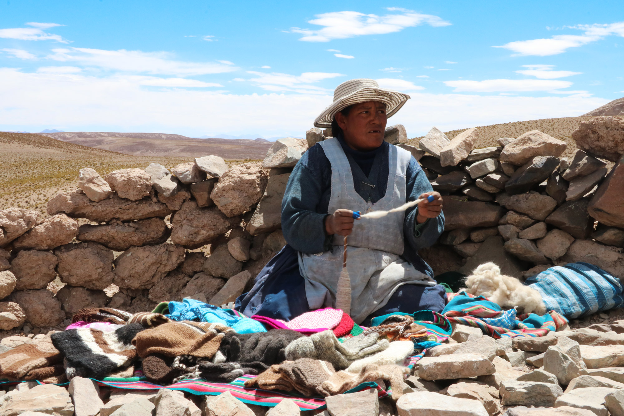 Reisverslag Bolivia: Four Days Of Fantasy Tour - Vrouwen verkopen souvenirs van lamaharen