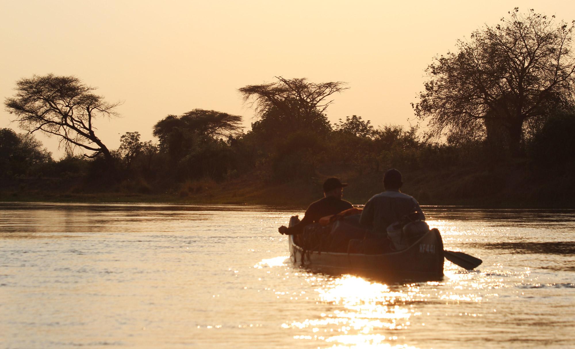 Slalommen om nijlpaarden - een avontuur op de machtige Zambezi rivier - Met een kano de rivier op