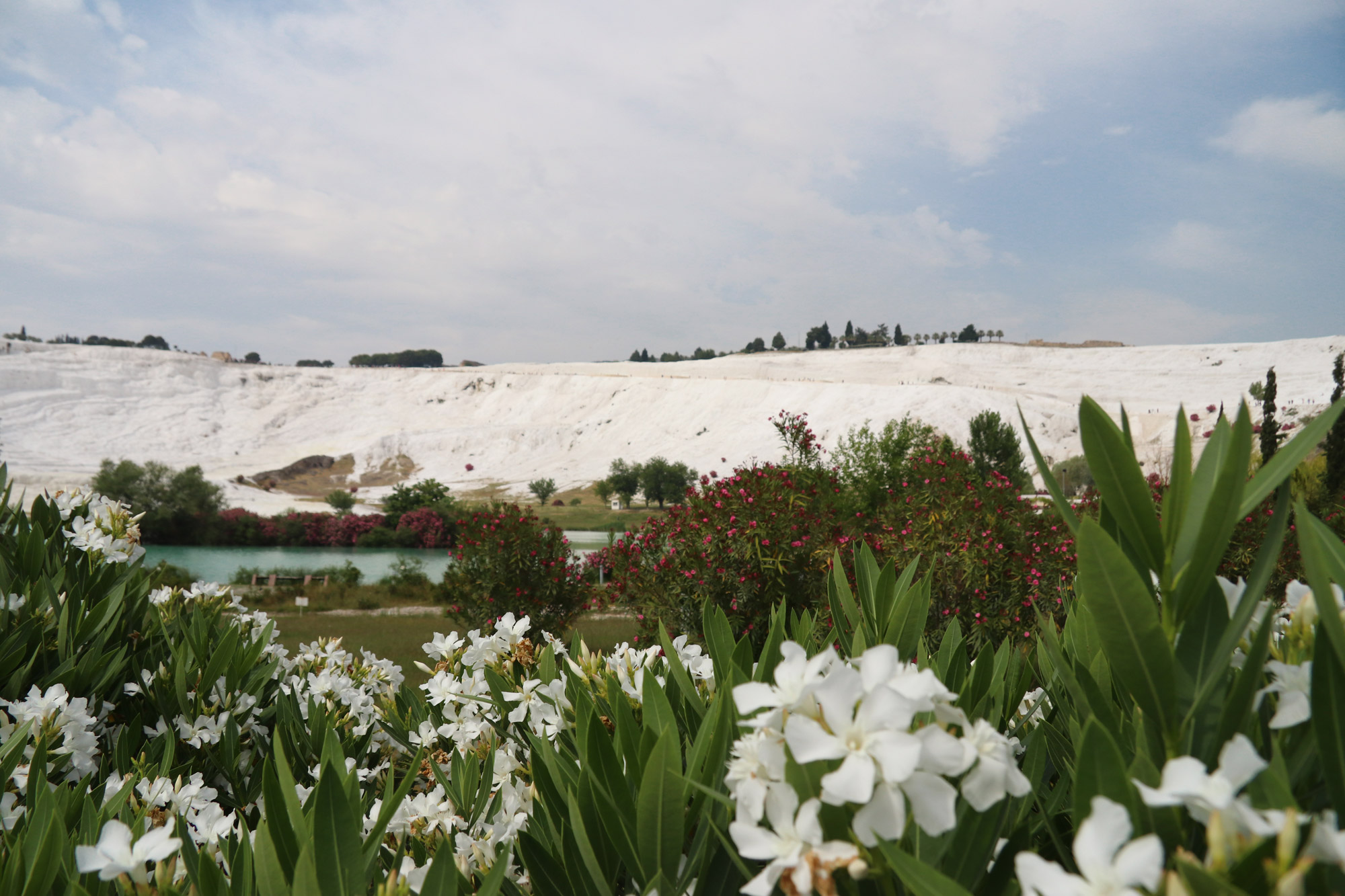 Turkije reisverslag: Pamukkale en Hiërapolis - Blik op Pamukkale