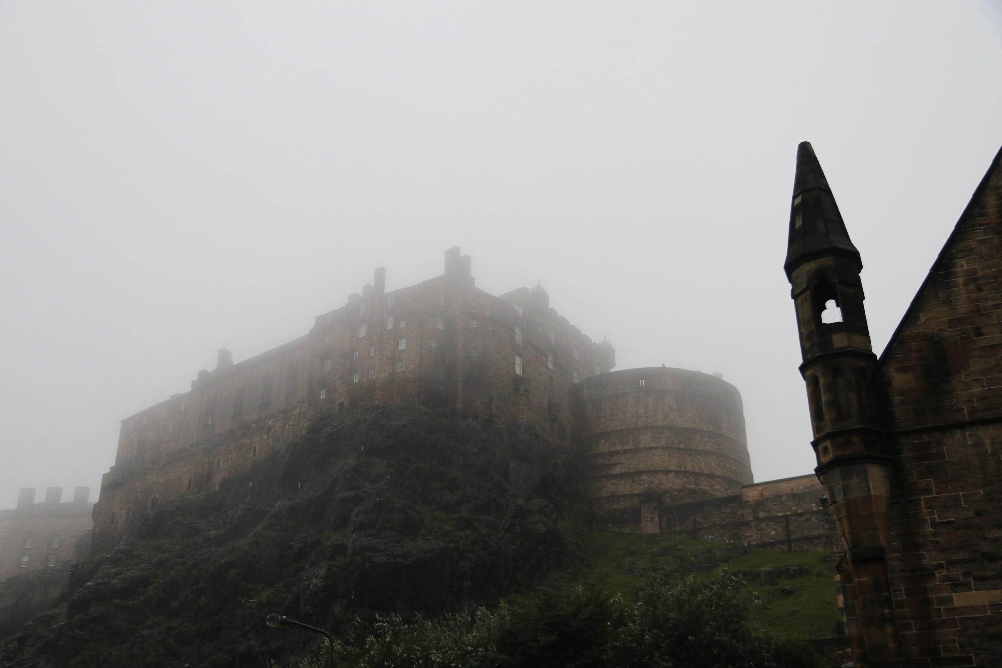 Mannenweekend in Edinburgh - Edinburgh Castle gehuld in mist