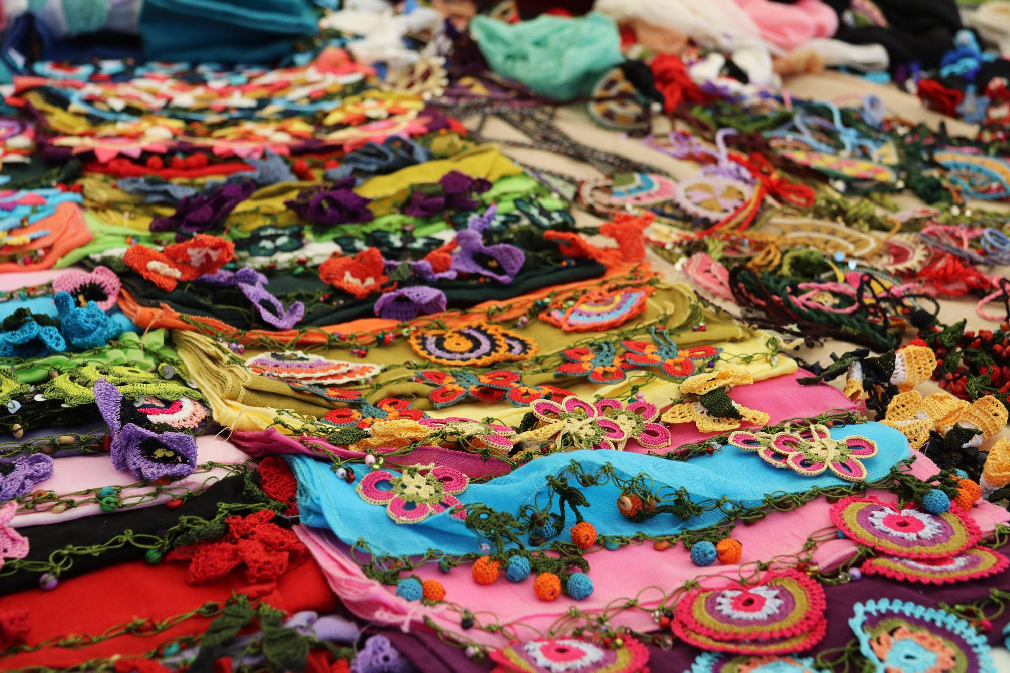 Turkije reisverslag: Laatste dag in Alaçatı - Breiwerk op de markt van Alaçatı