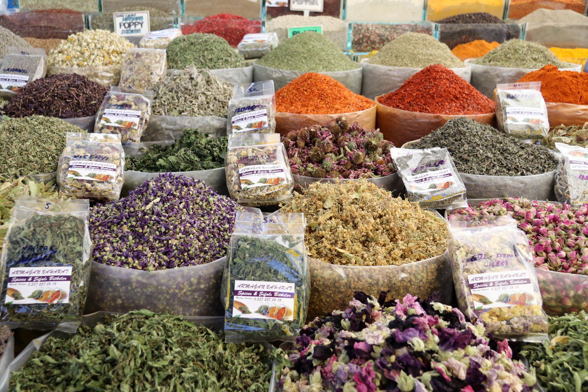 Turkije reisverslag: Laatste dag in Alaçatı - Kruiden en specerijen op de markt van Alaçatı