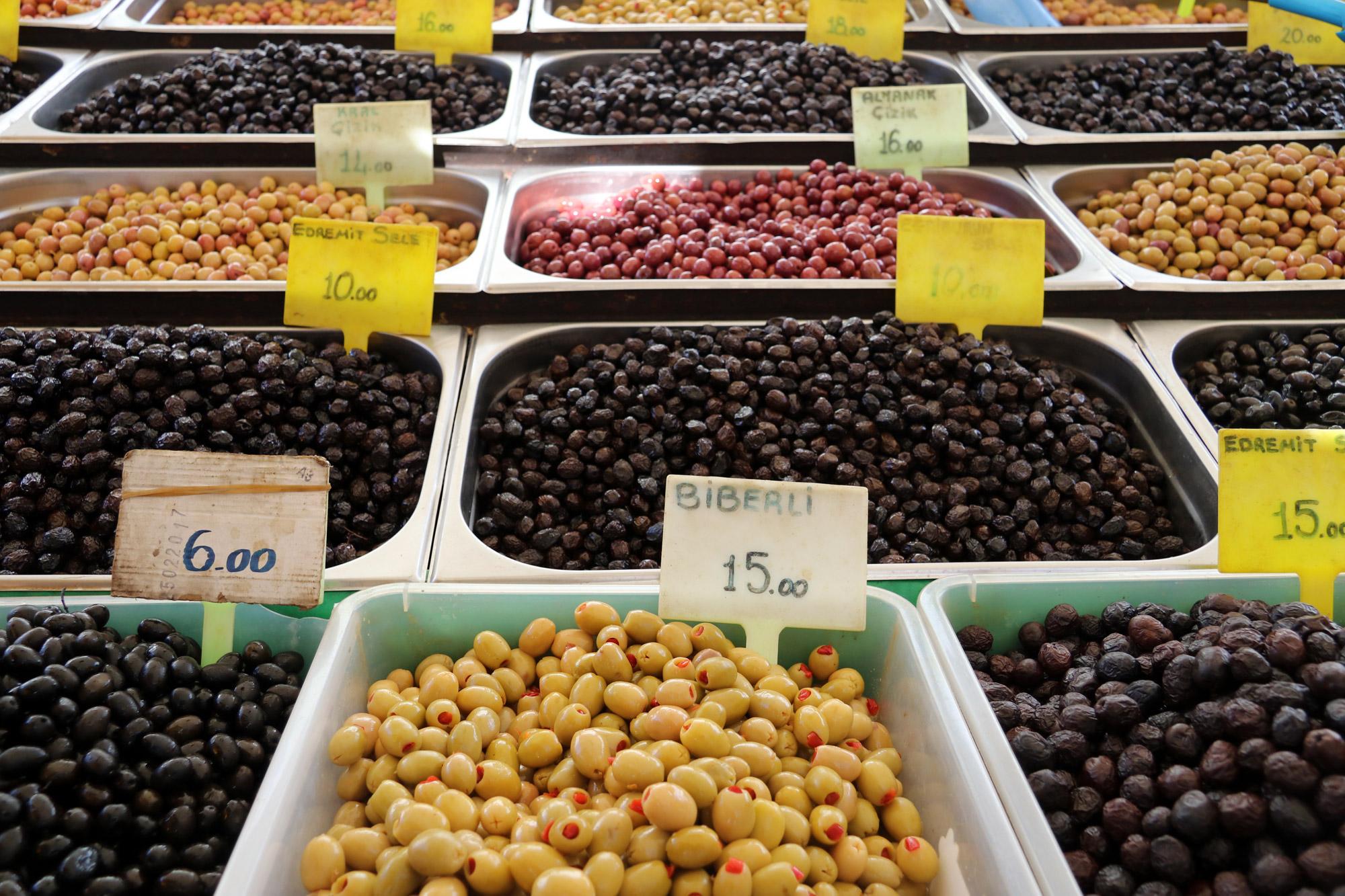 Turkije reisverslag: Laatste dag in Alaçatı - Olijven op de markt van Alaçatı