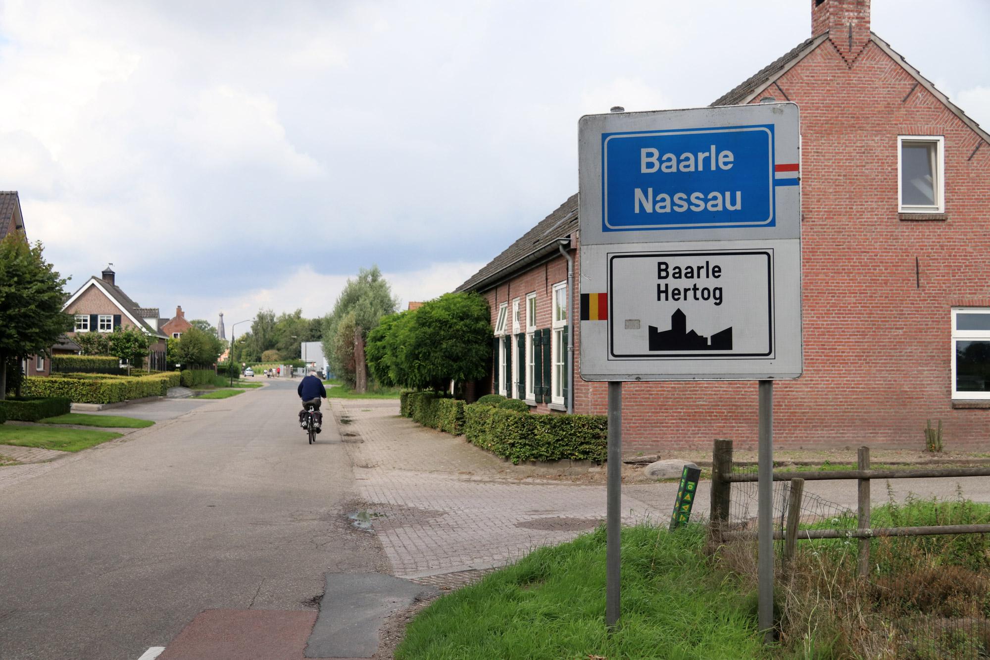 Een vreemd Nederlands/Belgisch dorp: Baarle - De borden bij binnenkomst