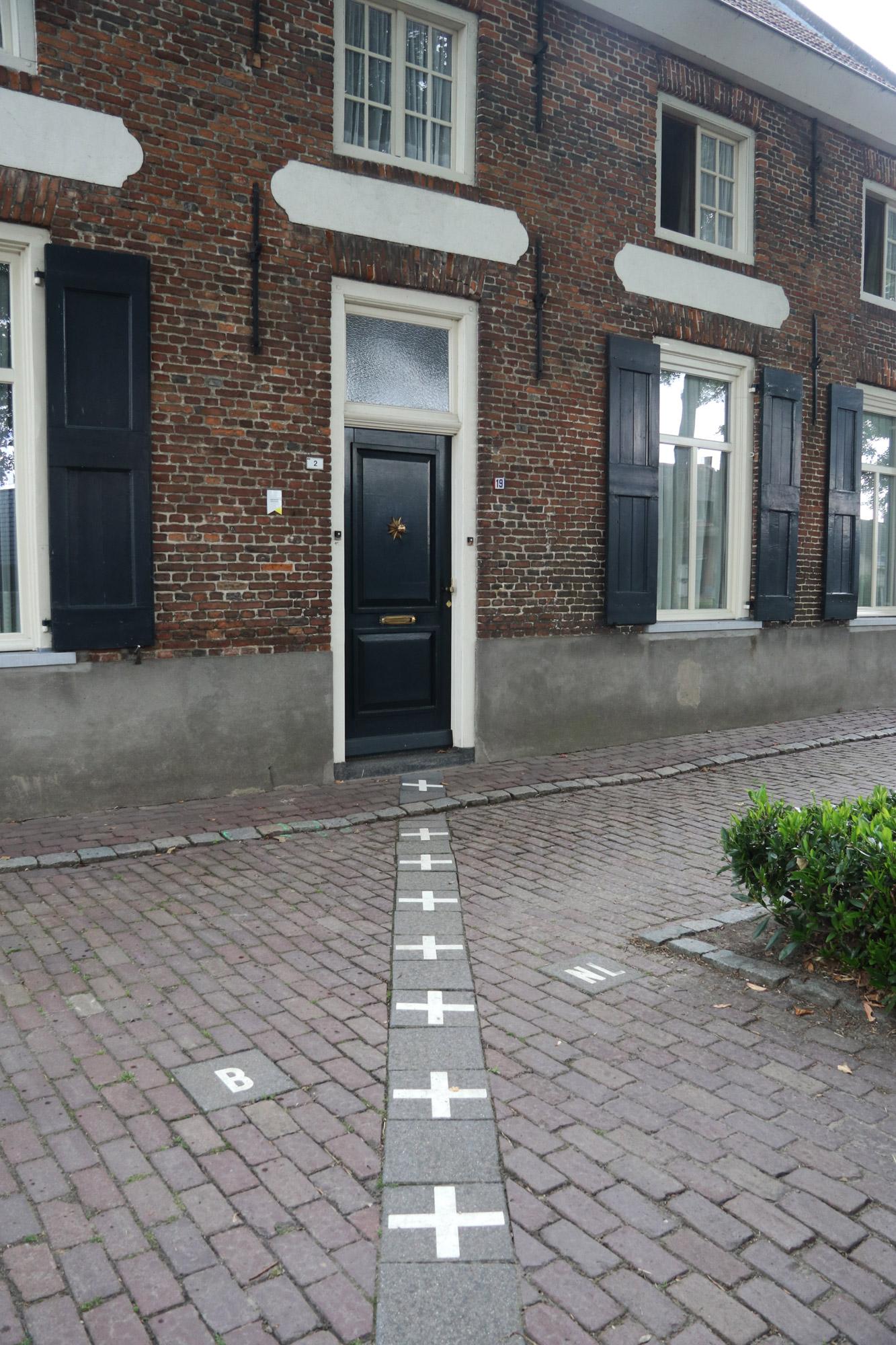 Een vreemd Nederlands/Belgisch dorp: Baarle - De grens loopt dwars door dit huis