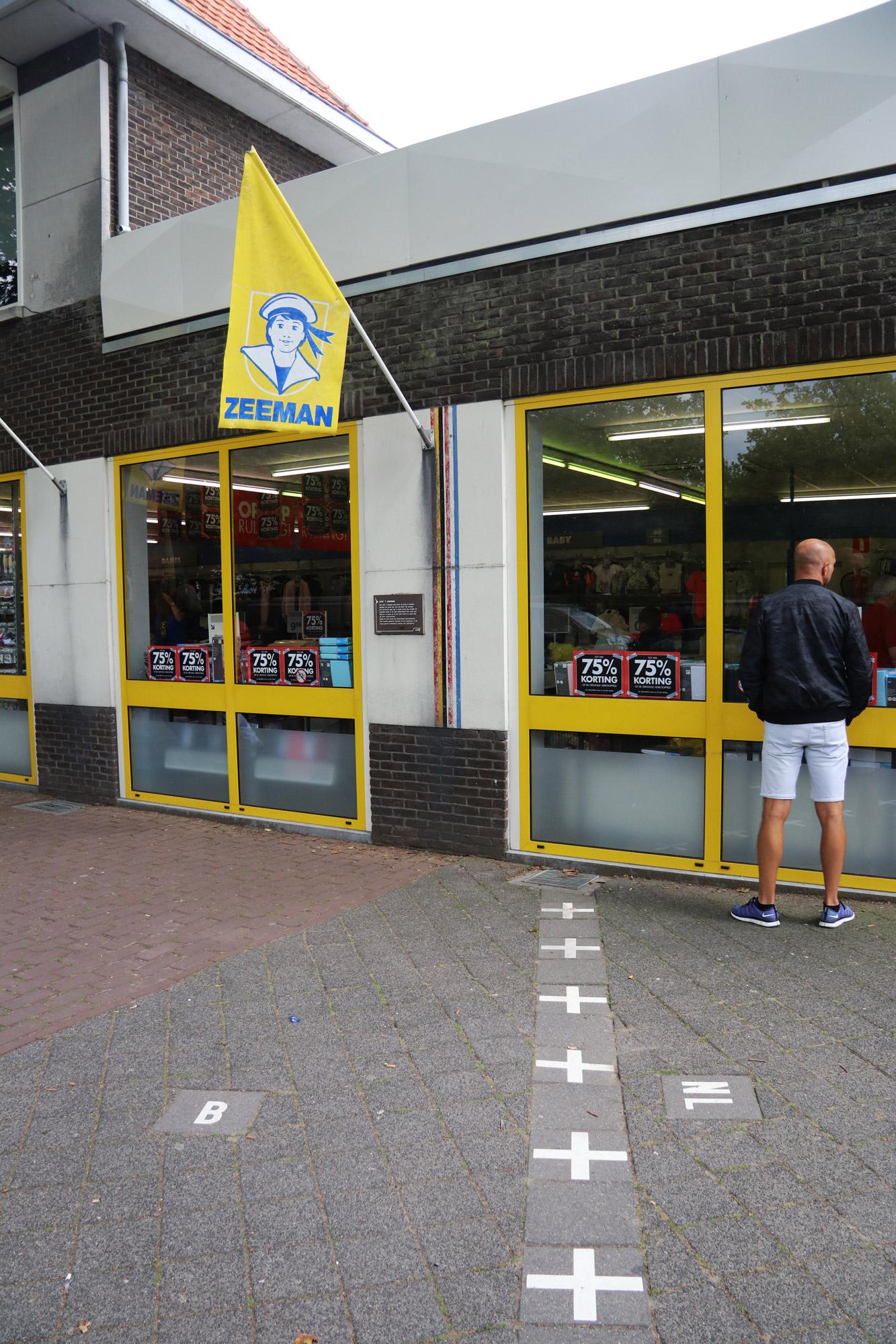 Een vreemd Nederlands/Belgisch dorp: Baarle - Ook de Zeeman staat deels in Nederland en deels in België