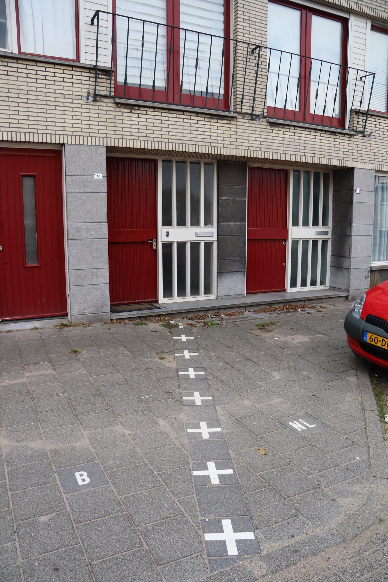 Een vreemd Nederlands/Belgisch dorp: Baarle - Dit huis staat deels in Nederland en deels in België