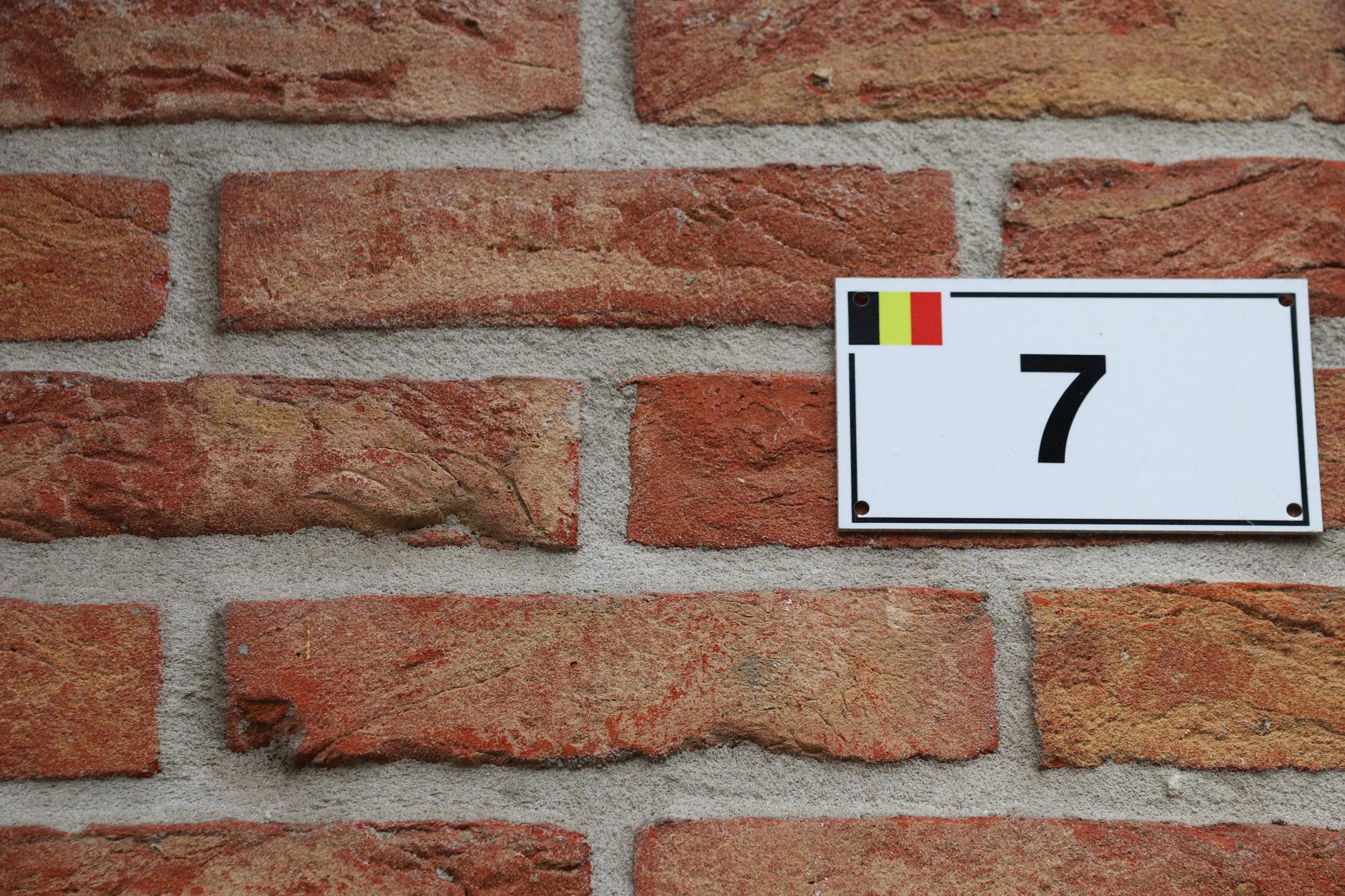 Een vreemd Nederlands/Belgisch dorp: Baarle - Belgisch huisnummerplaatje