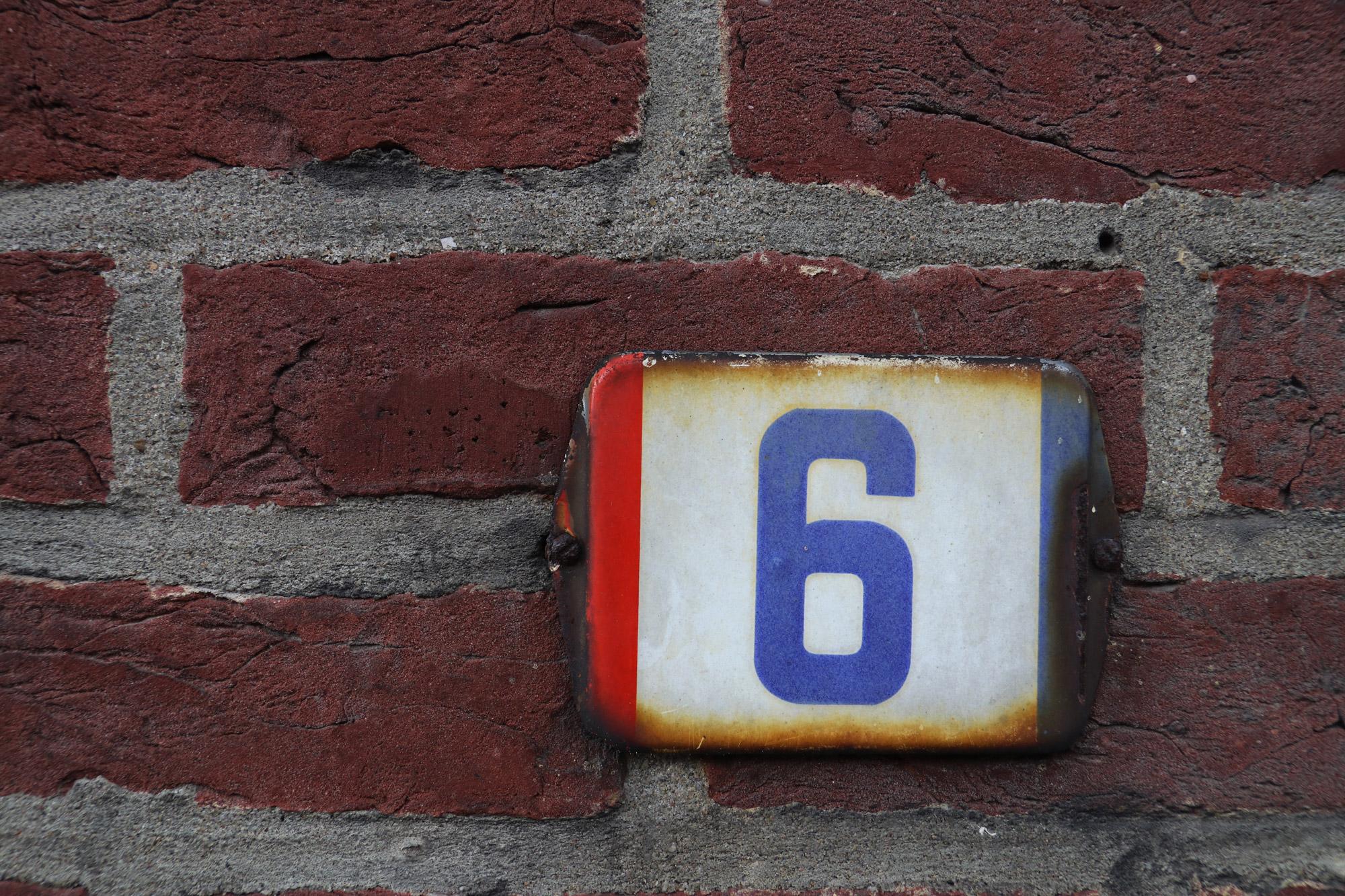 Een vreemd Nederlands/Belgisch dorp: Baarle - Nederlands huisnummerplaatje