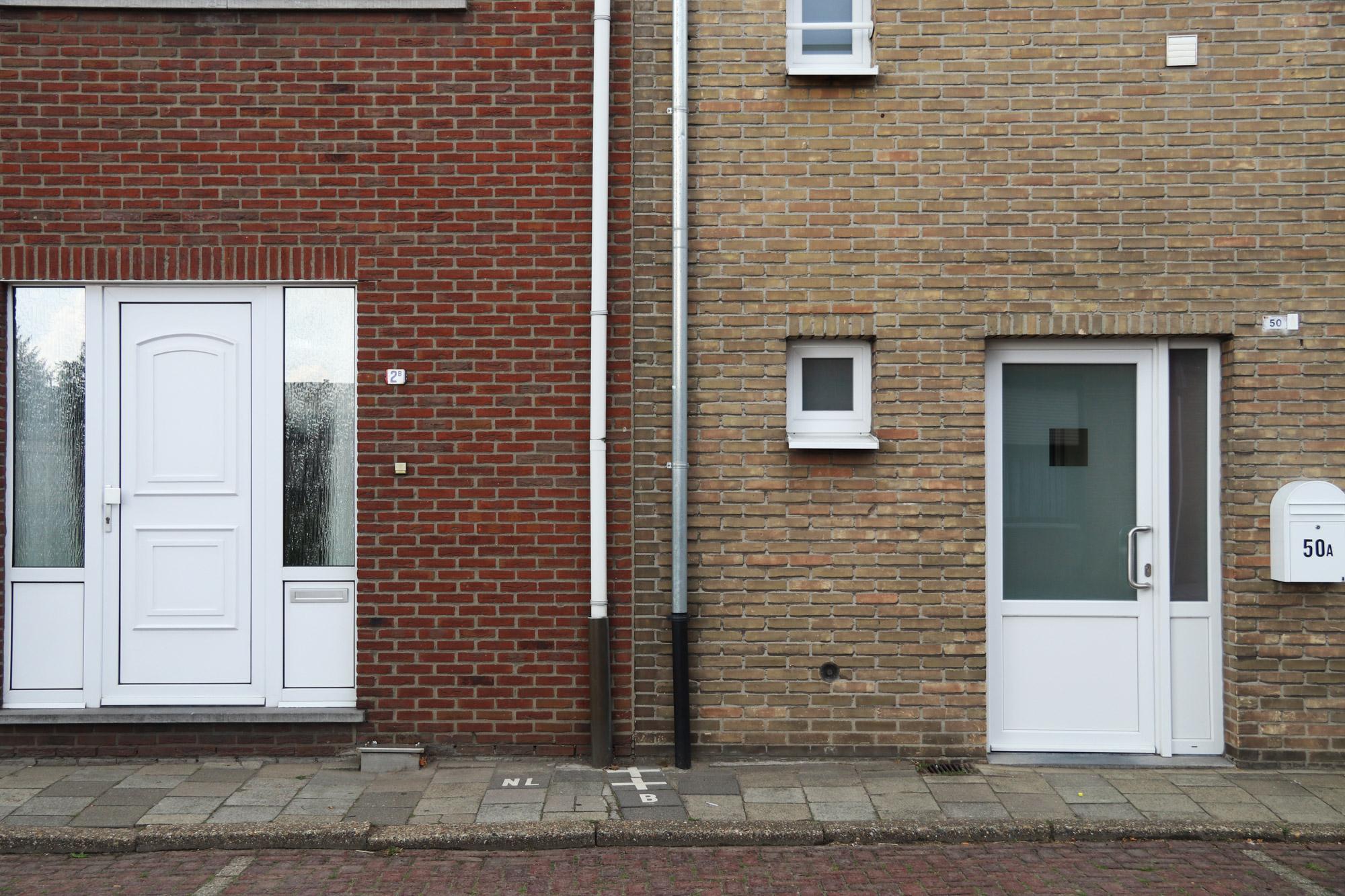 Een vreemd Nederlands/Belgisch dorp: Baarle - Links een Nederlands huis, rechts een Belgisch huis