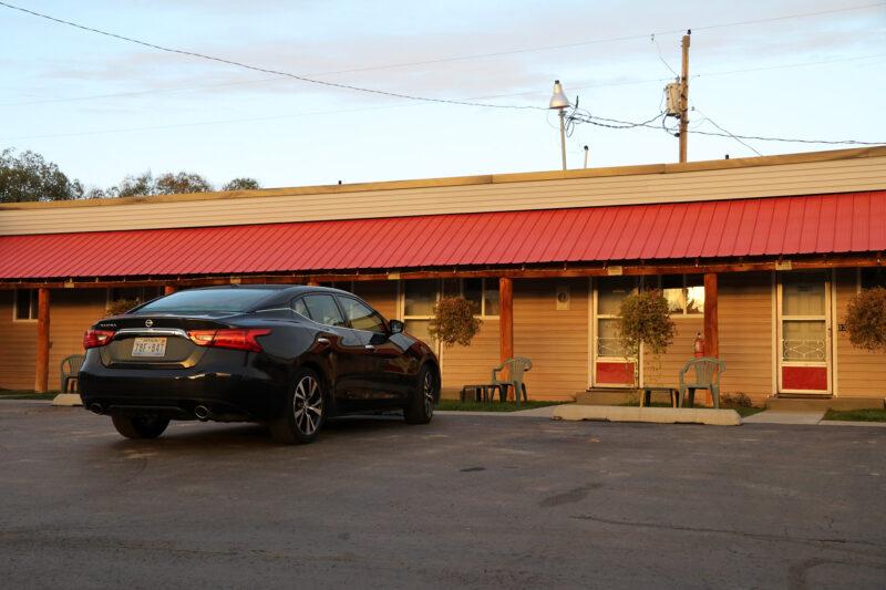 Amerika dag 1: Onze auto parkeren voor het motel Snider's Rustic Inn in Thayne