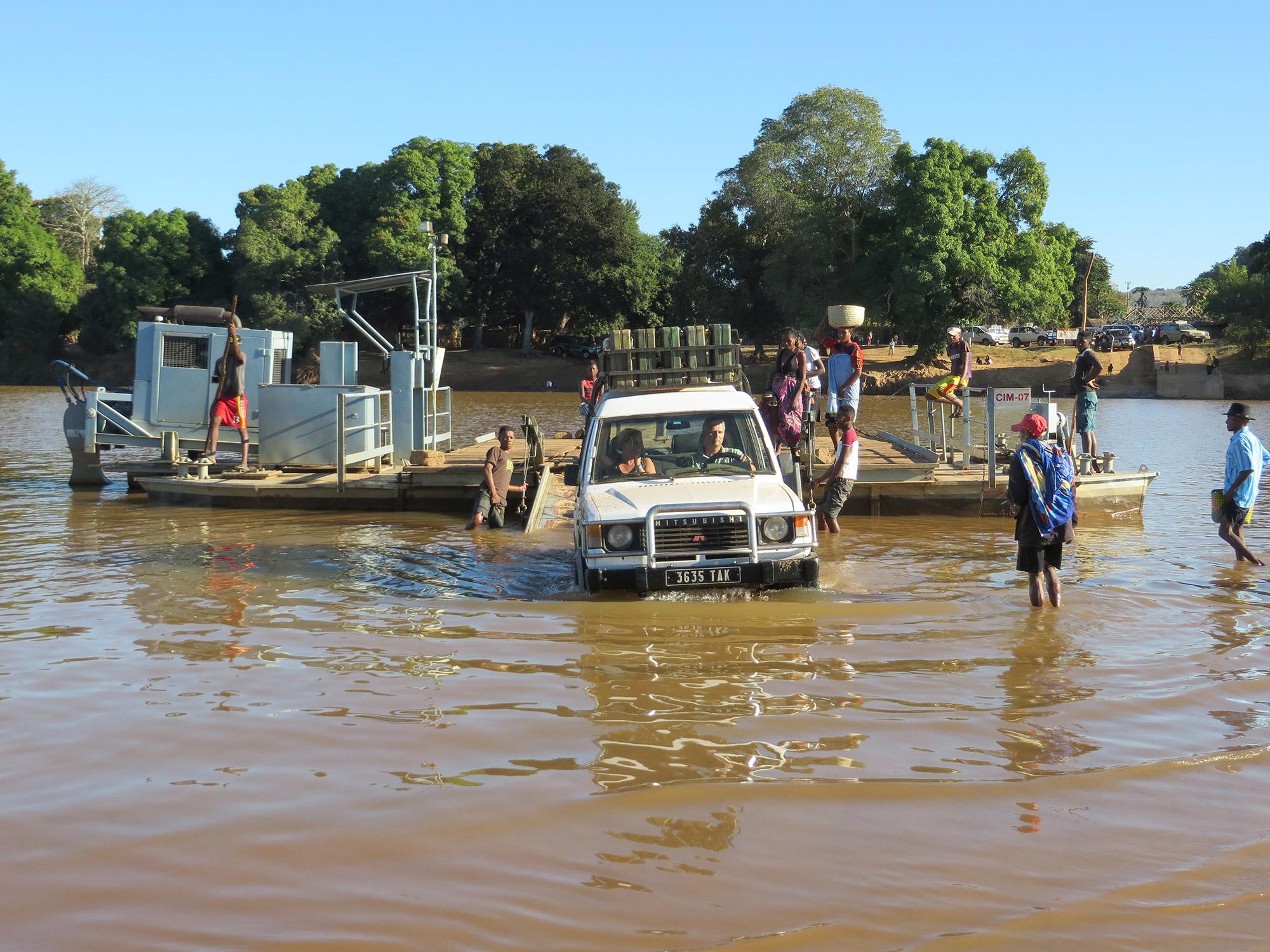 De volgers van Reizen & Reistips: Eric en Claudia - De rivier oversteken met een autovlot in Madagascar