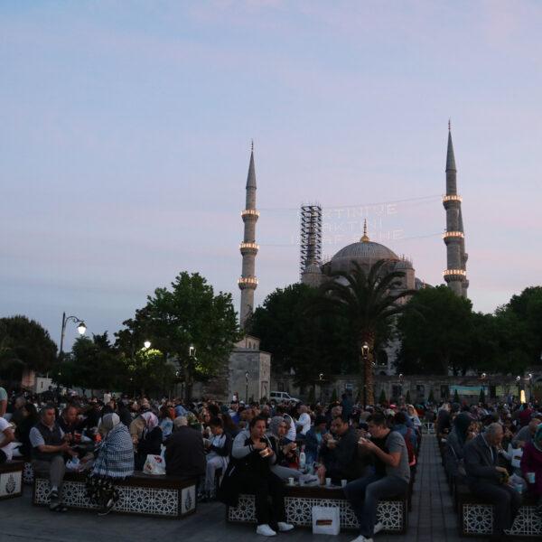 Stedentrip Istanbul - Mensen mogen 's avonds eten bij de Sultan Ahmet Moskee