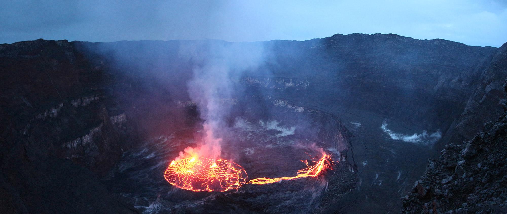 Most rewarding uitzicht ooit: lava meer Nyiragongo vulkaan in Congo