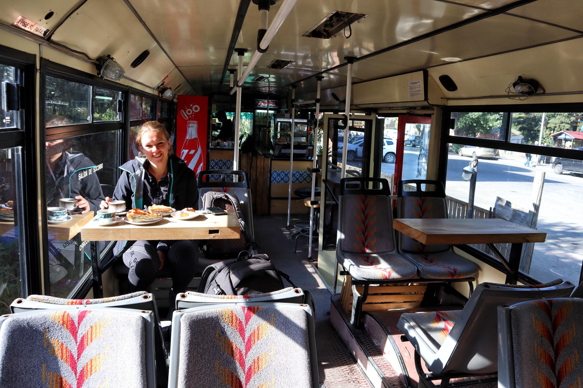 Georgië reisverslag - Awtobus in Kazbegi