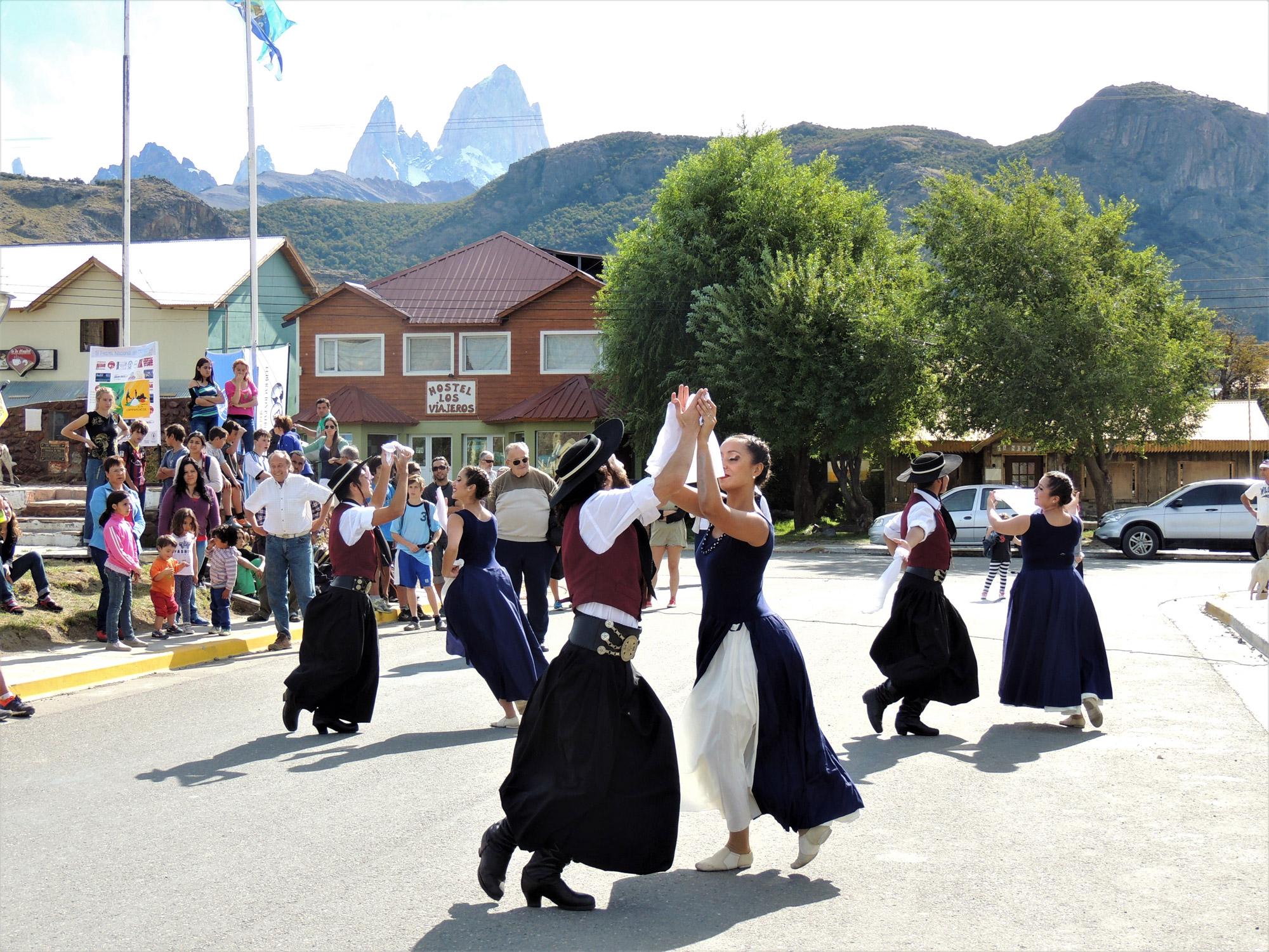 Michelle - Argentijnse dans in Patagonië, op de achtergrond de berg Fitz Roy