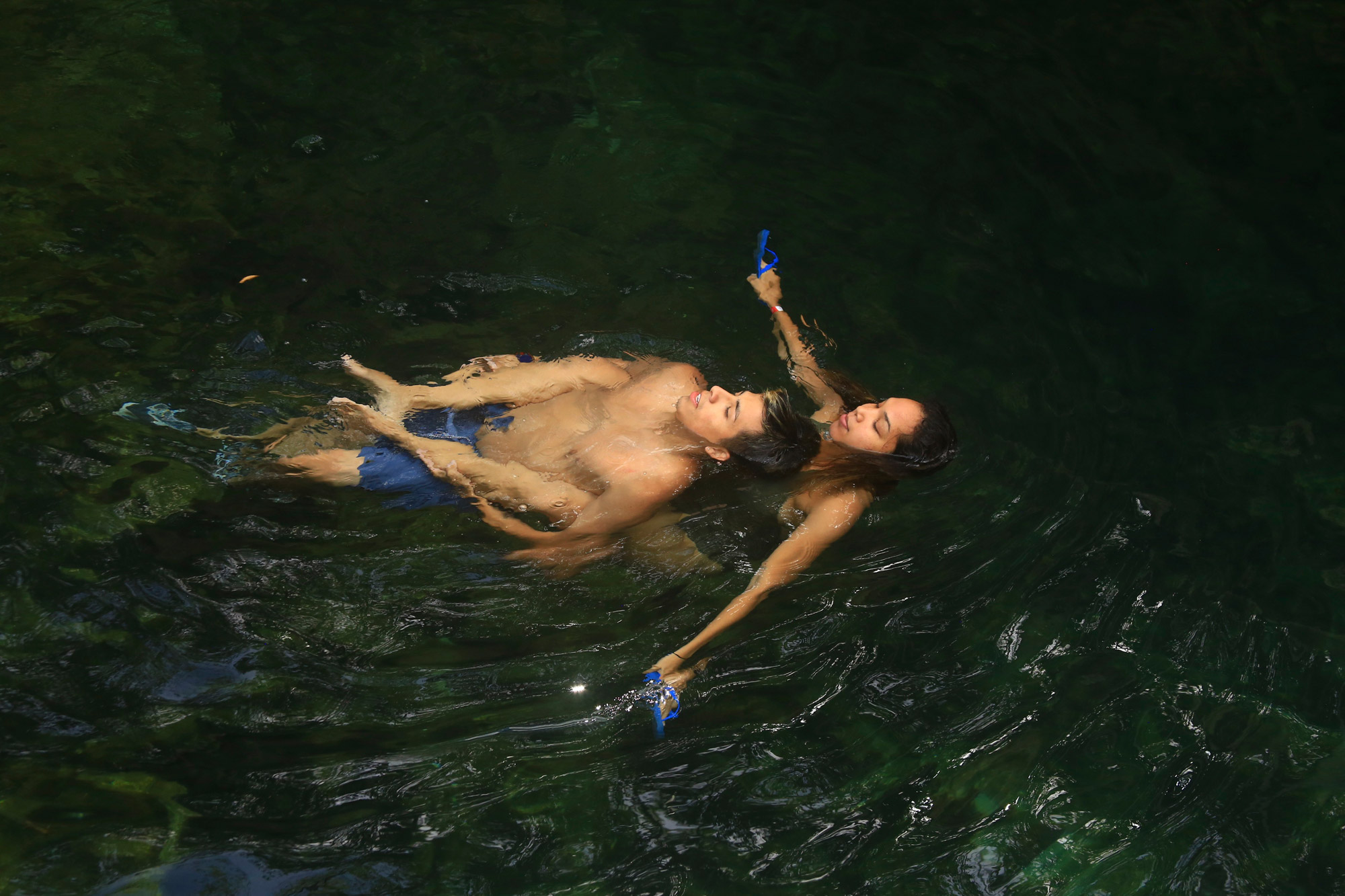 Soraya Pattiruhu - Zwemmen in een cenote in Mexico