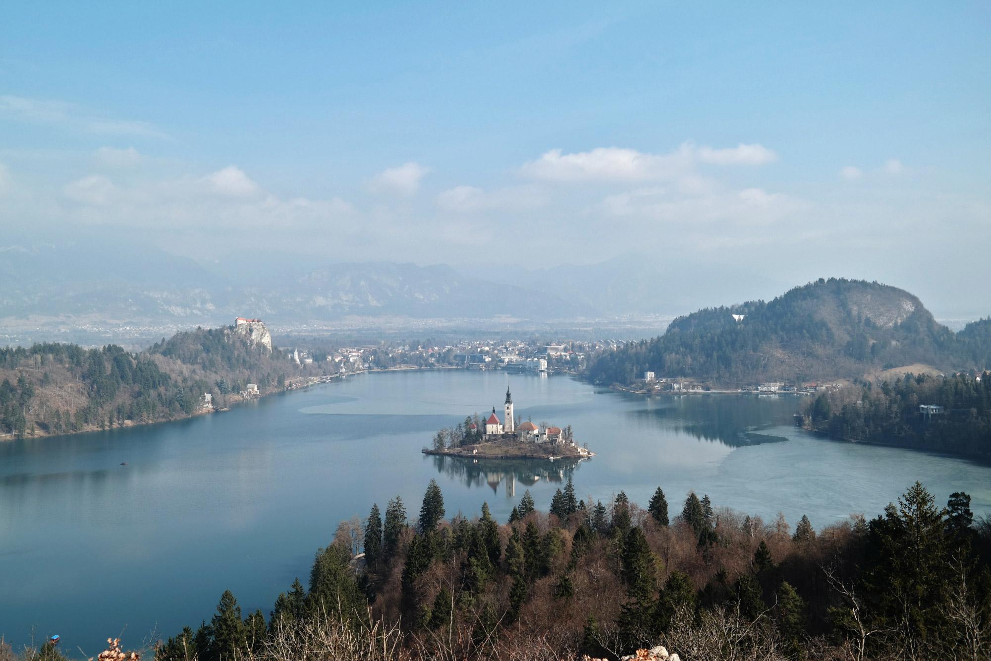 Janna - Uitzichtpunt op wandeling rond Meer van Bled